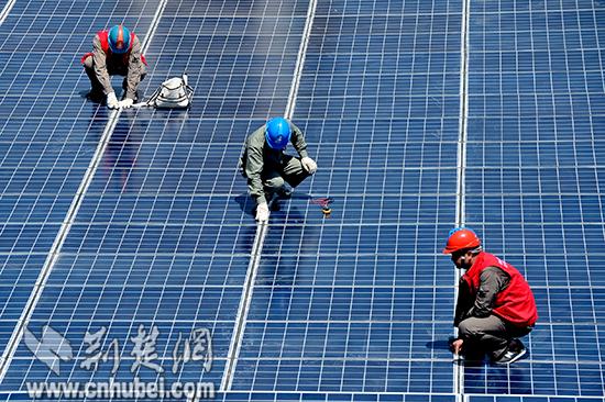 国网秭归供电公司党员服务队在秭归茅坪镇九里幼儿园对新建的光伏发电