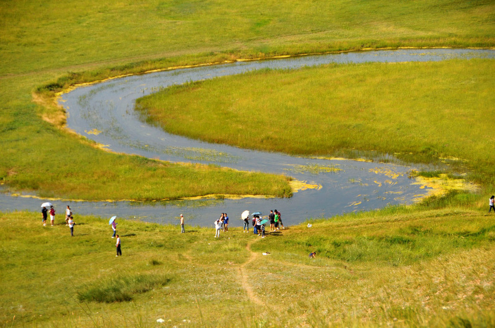 8月4日,游客在河北省沽源县闪电河湿地公园游玩.