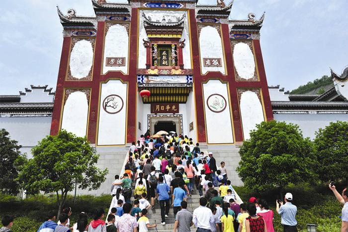 5月4日,潜江市组织200多名中小学生来到秭归县屈原祠参观,学习