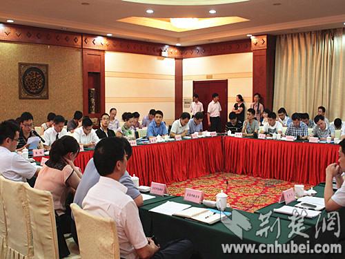 宜昌举行大学生就业创业明星座谈会图片