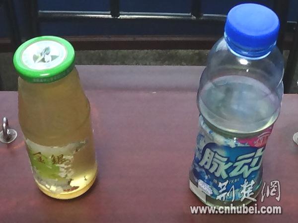 图为犯罪嫌疑人装汽油的饮料瓶