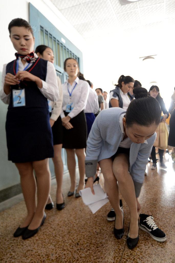 济南300少女应聘空姐 走廊里更衣换鞋图片