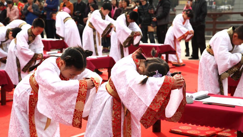 西安儿童着汉服行汉礼体验传统文化